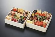 伝統的な縁起物を中心に趣向を凝らした食材を使用します 二段重(2~3人前)。 健康志向の方や糖質が気になる方の為に低糖質のおせちもご用意させていただきます。(2人前)¥18000