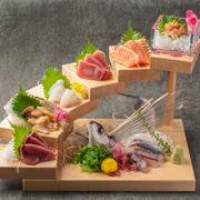 毎日市場から日替わりで仕入れる鮮魚介。その旨さやプリプリ食感を満喫できるお造りの盛り合わせです。見た目の華やかさでも、接待や宴会の場に花を添える逸品。