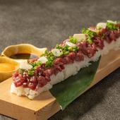 全長60センチの『牛ユッケ寿司』!「葡萄牛」の旨み満喫