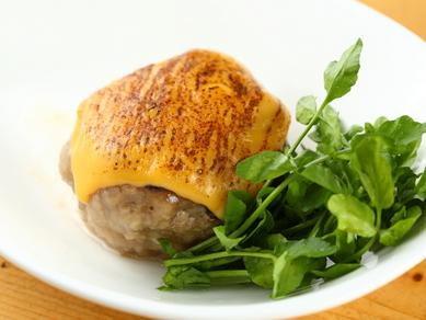 お肉を薄切りにスライスした新しいスタイルのユッケ。鮮度の良いお肉をサッと炙って『王者の炙りユッケ』