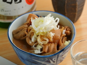 毎日丁寧な仕込みと時間を掛けて、じっくり煮込む店主おすすめメニュー。出来立てのアツアツを味わえるのも魅力です。柔らかモツと味の滲みた具材を堪能できます。日本酒に合う一品。