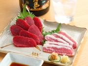馬刺しの本場熊本から、新鮮さそのままに直送されています。柔らかさと甘みがたまらない「赤身」や希少部位「フタエゴ」など、馬肉を知り尽くした店主おすすめのひと皿です。 (仕入れ状況により内容は異なります)