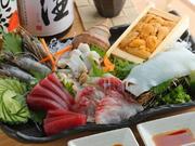 和食ひとすじの店主が、長年の経験からくる目利きで厳選した旬の魚を、おすすめ醤油で味わえる『お刺身盛り』。旬の魚本来の味を存分に楽しめる逸品です。仕入れ状況でメニューが変わります。