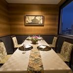 高級感漂うモダンな個室は、顔合わせや接待、食事会に人気。6名から60名まで、利用シーンに合わせて案内してくれます。28階から望む絶景もご馳走の一つ。思い出に残る素敵な時間を過ごせそうです。