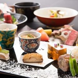 少量多品種の日本料理が楽しめます。1つ1つ丁寧に仕上げた料理は見た目も華やかな懐石料理