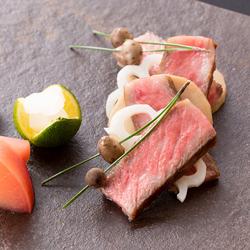 お祝いシーンや接待など大切な会食で。1品1品コース仕立てで出てくる料理は色とりどりの逸品。