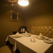 プライベートな個室で、気兼ねなく食事とワインを楽しむ