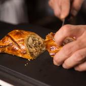 カウンターで切るパイ包みは、カットした瞬間に香りが立つ
