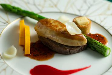 黒毛和牛フィレ肉とフォアグラのロッシーニ トリュフとフランボワーズのソース