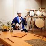 津軽三味線・琴・尺八の演奏や民謡・落語、など、その時々で内容はさまざま。背後の楽器は「鹿児島五つ太鼓」です。 お気軽にスタッフ迄!