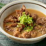 国産の桜肉のもつは、牛もつと比べて脂が少なくさっぱりとした口当たり。亀戸の老舗「佐野みそ」の味噌などを複数ブレンドした合わせみそで上品に仕上げた、ヘルシーで味わい深い煮込み料理です。