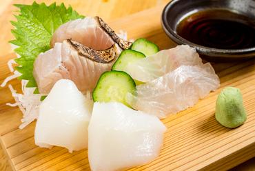 鮮度抜群。毎日直送される伊勢湾からの旬の魚介を堪能する『おさしみ三品盛り』