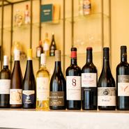 フランス産を中心に、イタリアやドイツなどヨーロッパワインを豊富にラインナップ。2カ月ごとに内容が変わる料理に合わせ、多彩なペアリングを楽しめる味わいを銘柄入れ替えで提供。ボトルは5000円台~。