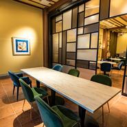 広いメインダイニングの一画には、6名様までの半個室を2部屋設え。間仕切り調整で、最大14名様までの宴席が可能です。店舗のアートディレクター・山城葉子さんのセンスが輝く空間で、至福の時間を過ごせます。
