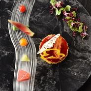 「デザートをイメージして前菜を仕立てる」シェフの手腕が冴える一皿。華やかな彩りとリズム感を奏でる盛り付けでサプライズ感がいっぱい! ランチコースの前菜の例。