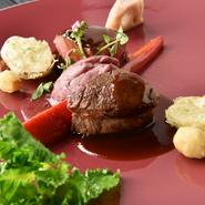 ランチに登場する名物肉料理。国産牛ロース肉を焼き上げ、ナッツのふんだんに使ったソースでお楽しみを頂きます。ガロニには新春を感じる野菜をふんだんに合わせ、肉を食べる幸福感が凝縮!