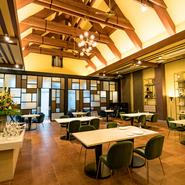 料理のクオリティに加え、何度でも来たくなる心地よい空間と接客に尽力。結婚式場のプロのサービススタッフがおもてなしに当たるので、気配り・心配りともきめ細やか。多彩なシーンに安心して利用する事ができます。