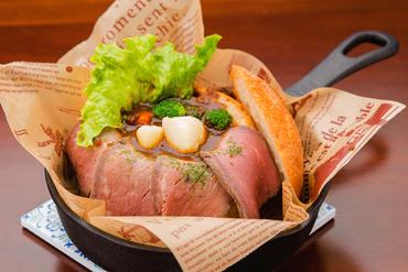 自家製ローストビーフと自慢のビーフシチューの組み合わせ『北海道産ビーフシチューINブレッド』