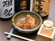 ぷるんとした食感とジューシーな肉の旨味で人気。焼いた皮の香ばしさがたまらない逸品です。厳選された日本酒との相性も良くクセになる味なので、酒のつまみにおすすめです。