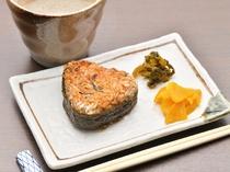米の旨味と炭火の風味が口の中で広がる一品。飲んだ〆におすすめ『焼きオニギリ』