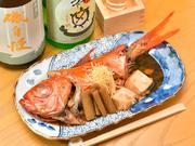 口の中で柔らかにほぐれる『金目鯛の煮付け』。甘さとコクを感じられる味付けは、どこか懐かしい、優しい味わいです。お酒のお供にいかが。