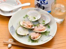 シンプルながらも凝縮された、貝の旨味を楽しむ『ハマグリの酒蒸し』
