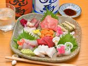 毎日仕入れる新鮮な「魚」を、ボリューム満点の盛り合わせに。その日によって変わる内容は、常連のゲストをも飽きさせることがありません。鮮度抜群、上質な「魚介」を堪能してみてください。