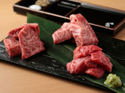 世界最高峰「神戸牛」A5等級のみを使用したセイバージャパン限定コース!焼肉・稀少赤身/霜降りステーキ・炙り肉すしなど全10品をご堪能頂けます。+4種の樽生ヱビスビール・日本酒など50種類以上の飲み放題120分付
