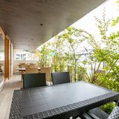 リゾート気分も満喫できる、開放感のあるテラス席
