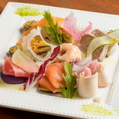 旬の野菜をたっぷりと使った彩り豊かな『前菜の盛り合わせ』