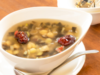 地鶏・昆布・椎茸・生姜・葱などを入れてスープを引いています。完成したスープに、五穀や豆、ナツメなどを合わせた薬膳スタイルのスープです。飲みやすく、美肌効果も期待できるそう。