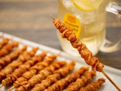 旨みを含んだたれが浸み込んだ串は、あっさりしょうゆと、甘辛さつま味の2種類『博多直伝のとりかわ串』