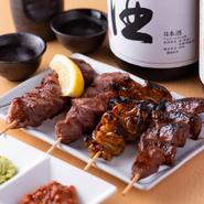 「やきとん」は埼玉県東松山が発祥とされ、関東では気軽な居酒屋メニューとなっています。厳選された九州産豚肉を大きめカットで使うことで、旨さにこだわった【あかね家】スタイルのやきとんが完成しました。