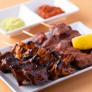 「カシラ」「タン」は塩、「しろ」「レバー」はタレ。部位ごとに最も美味しく食べられる切り方、焼き方、味付けは店主の腕の見せ所。『やきとん盛り合わせ』一皿で食べ比べを楽しめます。