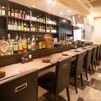 ゆとりある間隔で8席用意されたカウンター席では、ゆったりとくつろぎながら食事を楽しめます。店主と会話を楽しみながら旬の食材を使った和の料理を堪能できる贅沢な席です。