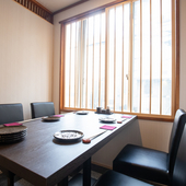 洗練されたテーブル席は、最大14名まで利用可能
