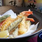 とろけるように柔らかい黒毛和牛のステーキに生ウニを合わせた、豪華な一皿です。旬のいろいろな肉や野菜などの食材を使った季節の一品を堪能できるのが魅力。おいしいものを少しずつ、多彩な料理で満喫できます。