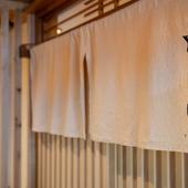 白い暖簾が目印の海鮮居酒屋