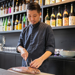 50~60本の厳選した焼酎・日本酒の中から、ゲストの好みに合わせて、料理に合う一杯を提供。焼酎BARで研鑽を積んだスタッフもおり、常に「喜んでもらえる料理と酒の組み合わせ」に心を砕いているそうです。