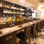 料理人の繊細な包丁さばきが見られるのもカウンター席ならではの楽しみ。ゆとりある空間で、店主と会話を楽しみながら旬の食材を使った料理に舌鼓がうてます。