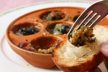 街の洋食店で味わえる、本格フランス料理の定番『エスカルゴのブルゴーニュ風』