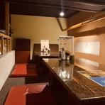 10名ほどのグループまで入ることができる2階席は、天井が少し低めになっているロフト。足下までゆっくりとリラックスできるおこもり感も満載です。宴会コースは、飲み放題付きの3種類から選択が可能。