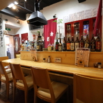 店主や女将が腕を振るう様子を間近に感じられるカウンターは、多くの常連客や一人客が利用。ふらりと気軽に入ることができる温もり溢れる空間も【海鮮食堂 余市】の魅力です。