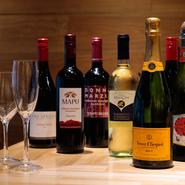 「自慢の甲殻類を、よりおいしく召し上がっていただきたい」。そんな思いから、甲殻類によく合うワインを赤・白ともに料理人自ら厳選しているそうです。料理と一緒にお気に入りのワイン探しも楽しめます。