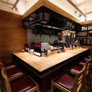 店内にはキッチンをぐるりと囲んだカウンター席があり、お一人様ランチや、一人で飲みたい時に気軽に利用できます。料理人の腕さばきを間近に楽しめるのも、カウンター席の特権です。
