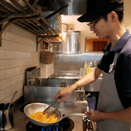 料理を食べた人の笑顔を楽しみに、素材や季節に合わせたメニューを続々と考案している松橋さん。味付けや素材も好みに合わせて柔軟に変化させ、いつ訪れても新鮮な発見がある料理の提供を心がけているそうです。
