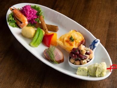 皿を彩る新鮮な季節の野菜。Basara自慢の『前菜 』