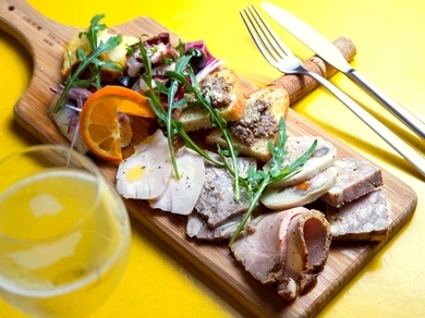 銘柄豚や旬野菜、季節の魚を使ったさまざまな料理を一皿で楽しめる『前菜盛り合わせ』(2人前)