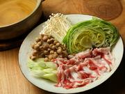 柔らかな肉質とクセがなくさっぱりとした脂の旨みが特徴的な、鹿児島県産「六白豚」でのしゃぶしゃぶ。鹿児島地鶏「黒さつま鶏」100%で出汁をとったスープにくぐらせて、贅沢なしゃぶしゃぶを満喫してみませんか。