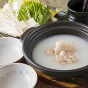 味の決め手となるスープ用の鶏ガラには「はかた地どり」をたっぷりと使い、塩のみでシンプルな味付けなので、鶏の旨みとコクをしっかりと感じられる濃厚スープです。新鮮な鶏肉と野菜などの具を特製のポン酢で!!